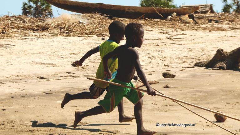 Pojkar springande i Soarano